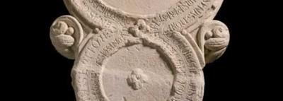 Lápida fundacional del Monasterio de Benevívere, reloj de sol y calendario litúrgico